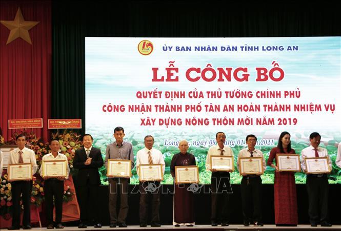 Chủ tịch UBND tỉnh Long An Nguyễn Văn Út trao tặng bằng khen cho các tập thể và cá nhân có thành tích xuất sắc trong phong trào xây dựng nông thôn mới của thành phố Tân An.