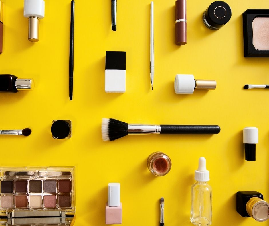 Sử dụng mỹ phẩm trang điểm hợp lý cũng là phương pháp chăm sóc da mặt vào mùa hè hiệu quả